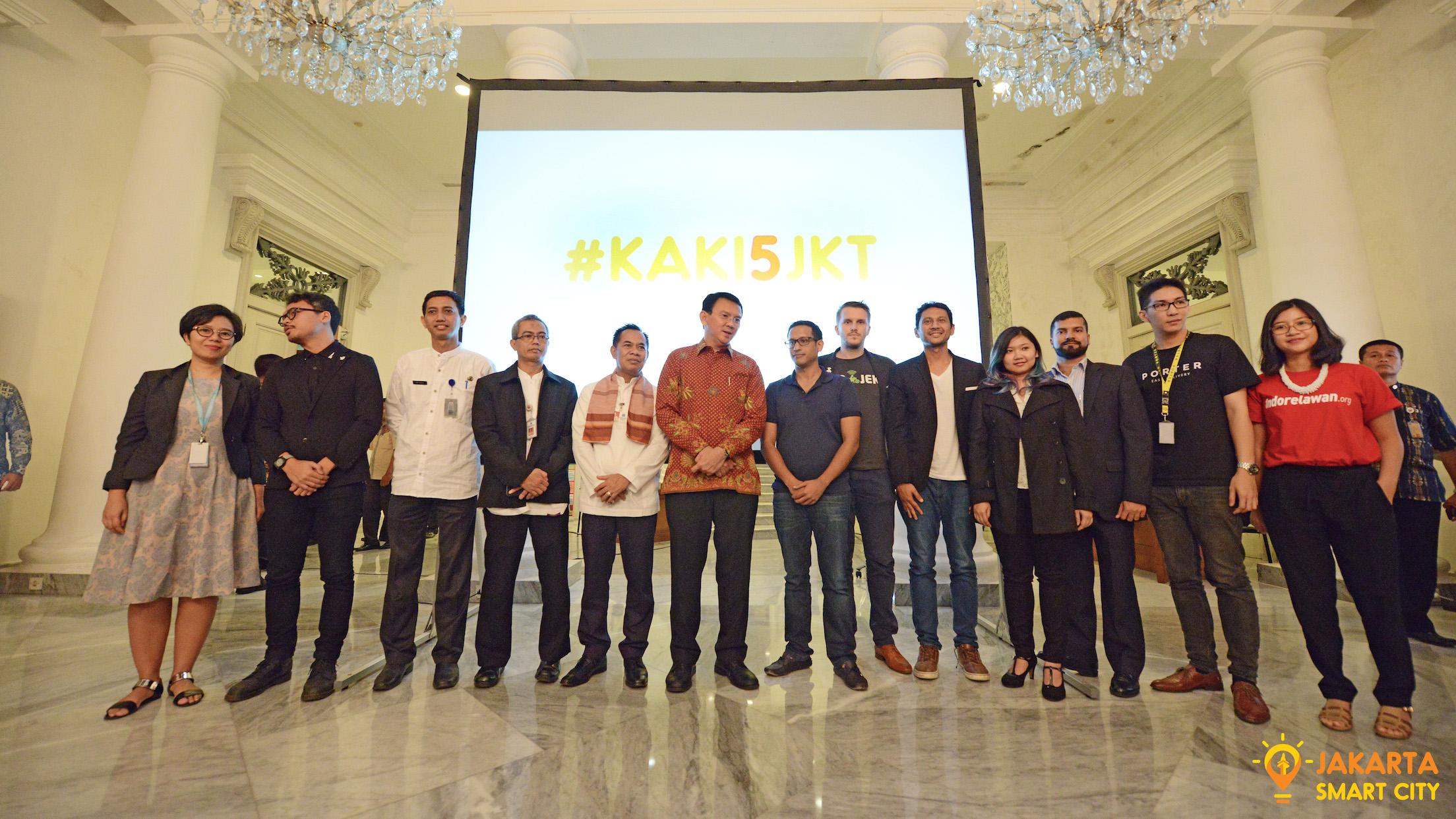 Gubernur Provinsi DKI Jakarta Basuki Tjahaja Purnama bersama pelaku startup dan komunitas di acara peresmian KAKI5JKT /  UP Jakarta Smart City