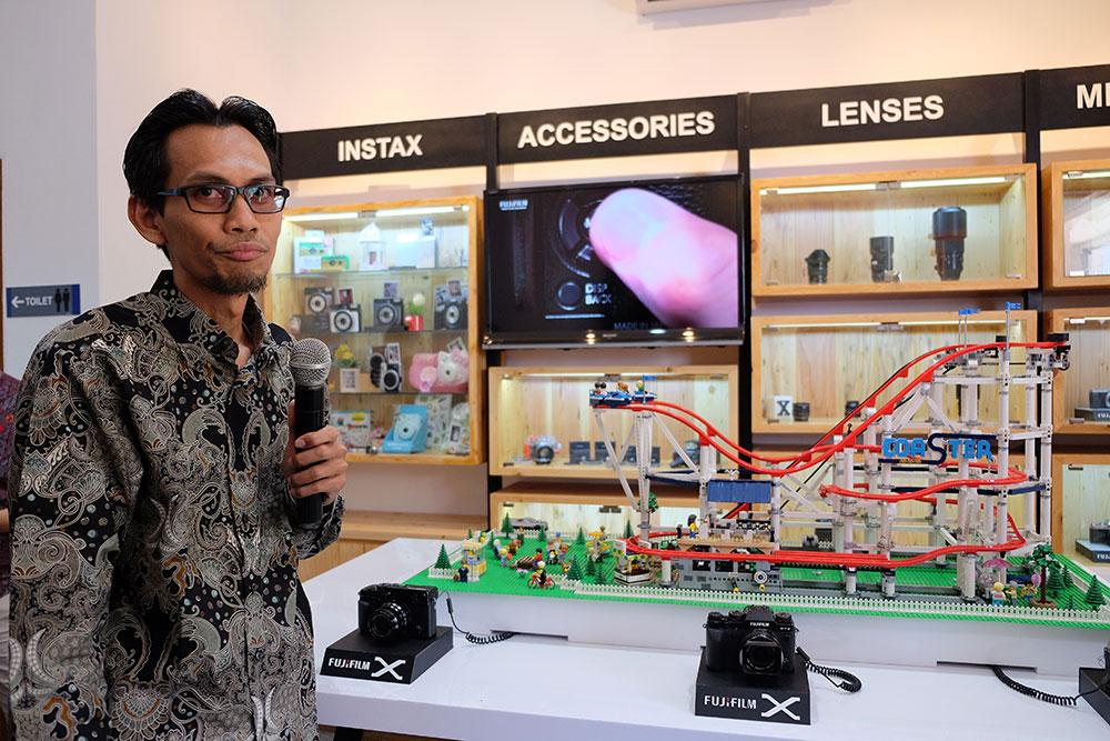 Eko Yulianto, Branch Manager Fujifilm Indonesia untuk kantor cabang Surabaya, menjelaskan fasilitas-fasilitas kantor baru di depan area hands-on / Foto pribadi