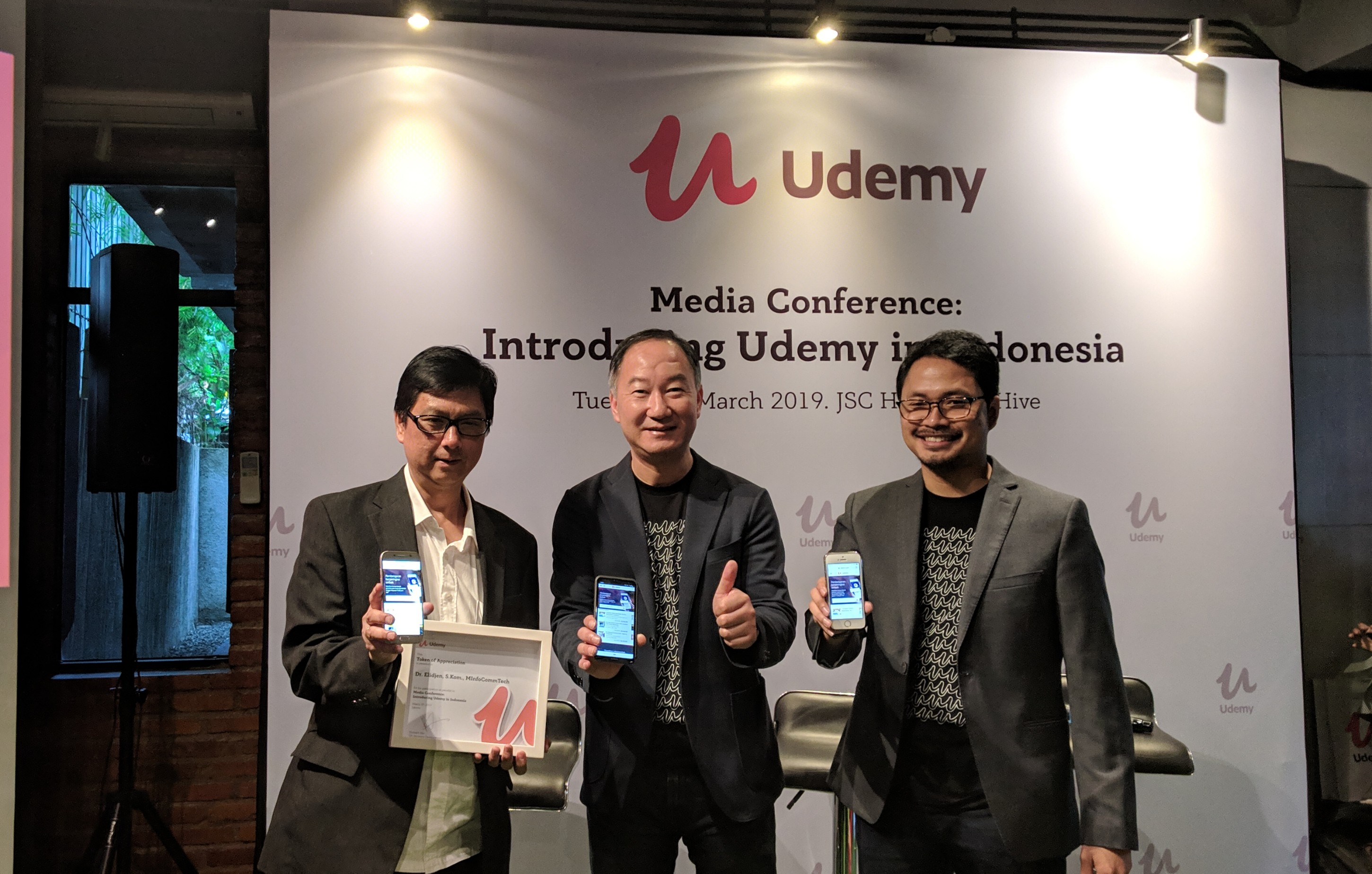 (ki-ka) Knowledge Management & Innovation Director Binus Elidjen, Vice President Udemy Richard Qiu, dan Market Manager Udemy Indonesia Giri Suhardi / DailySocial