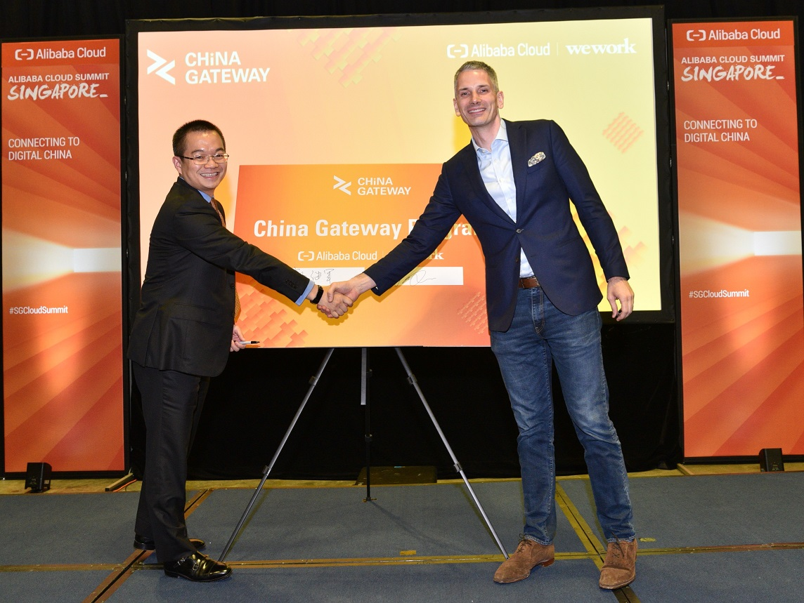 Lancelot Guo (Alibaba Clou) dan Christopher Lee (WeWork) saat peresmian kerja sama China Gateway program / DailySocial