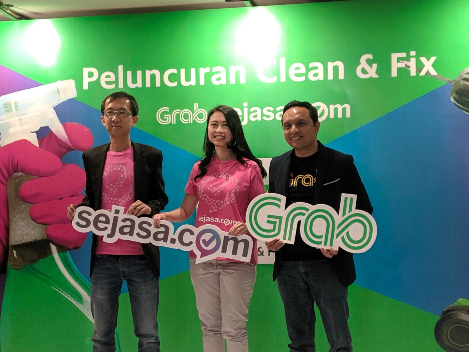 Country Manager Sejasa Anthony Wijaya, Co-Founder dan CEO Recommend Group Jes Min Lua, dan Executive Director Grab Indonesia Ongki Kurniawan dalam peresmian Clean & Fix / DailySocial