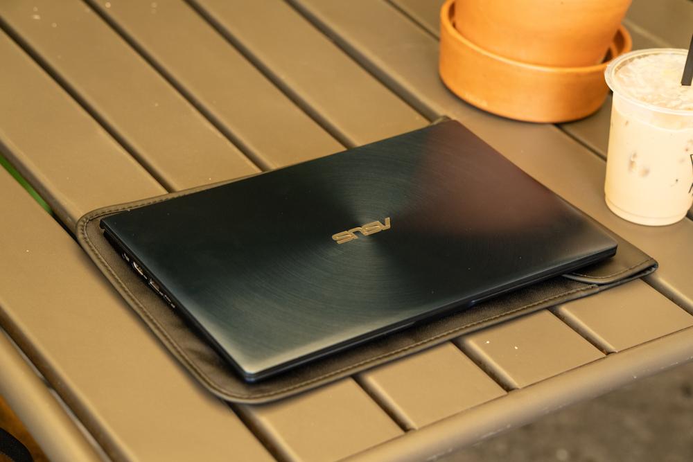 ASUS ZenBook 13 UX334 Royal Blue | Photo by Lukman Azis / Dailysocial